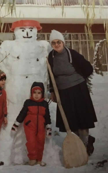 عکسی از زنده یاد توران میرهادی همراه با نوه خود و آدم برفی